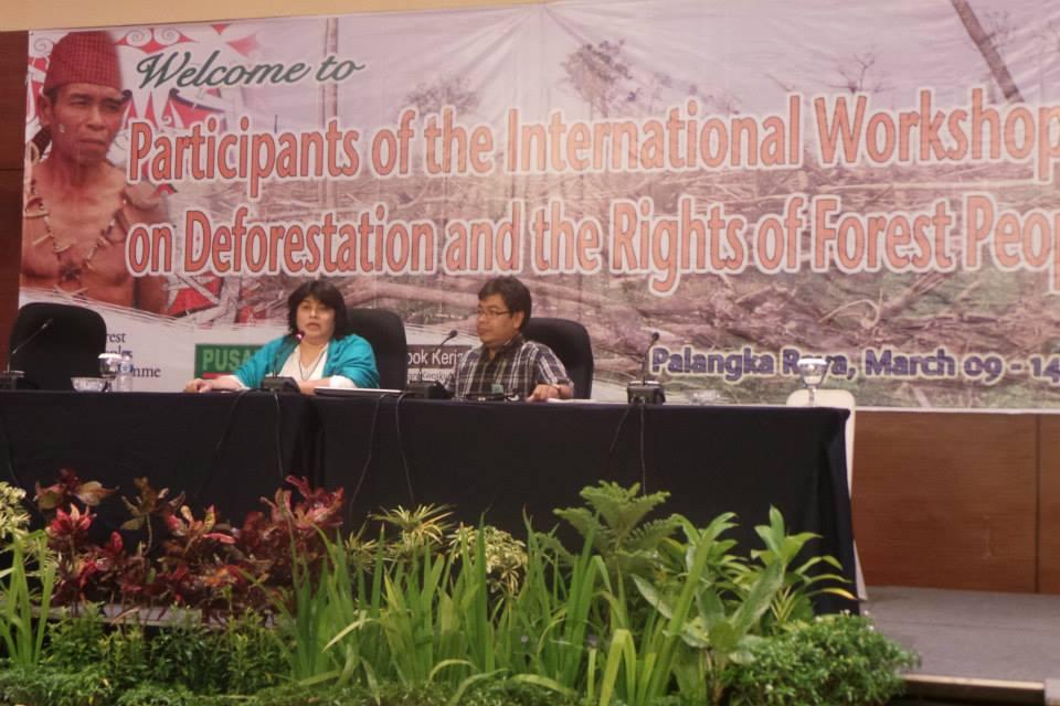 La Abog. Mirta Pereira, asesora jurídica de FAPI y Alberto Vázquez, indígena Mby'a Guaraní, presidente de la asociación ACIDI, miembro de FAPI, durante la presentación en el taller internacional.