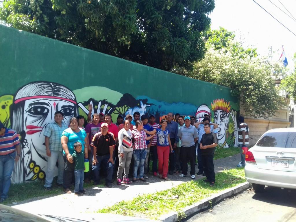 Parte de los líderes y lideresas de las asociaciones miembros de la FAPI, frente al mural #CustodiosdelosBosques, ubicado sobre Colón entre Jejui e Ygatimi.