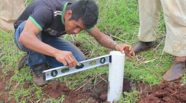 Miembros de la comunidad Pastoreo instalan mojones con placas identificatorias en los límites de su territorio