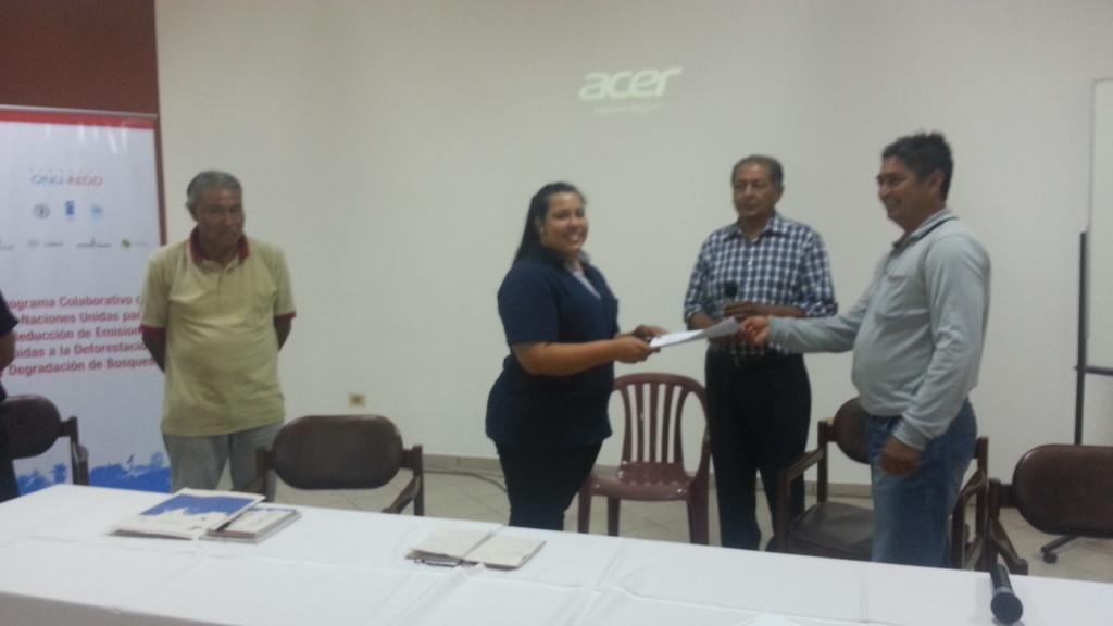 Angel Vera, dirigente de la Federación de comunidades guaraníes de la Región Oriental del Paraguay hace entrega del documento a la abogada del INDI, Natalia Ferreira.