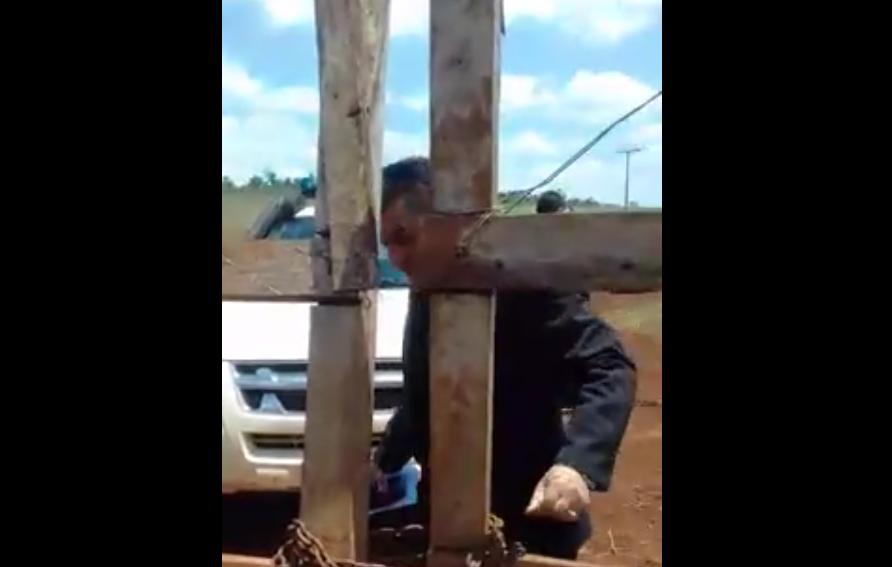 Momento en el que el juez de Paz de Carlos A. Lopez, departamento de Itapúa, ingresa a la Comunidad Makutinga sin su consentimiento y sin orden de allanamiento.