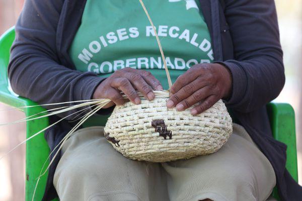 En época de elecciones, los políticos prometen proyectos para mejorar la venta de las artesanías, que a la larga no se cumplen. Las familias indígenas buscan la forma de llevar el pan a la mesa.