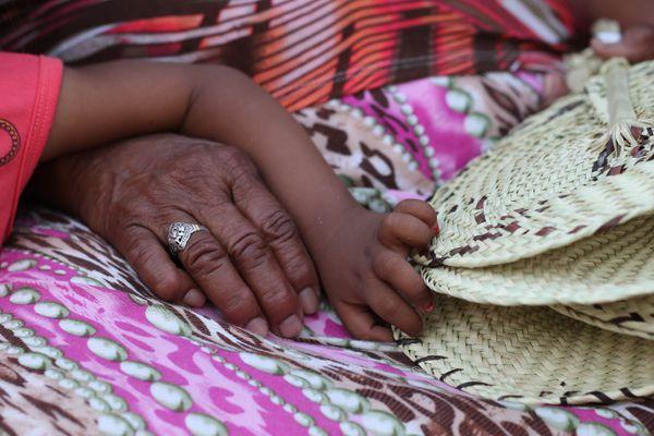 Los ancianos de la comunidad son defensores de los conocimientos ancestrales. Las historias y las costumbres indígenas son transmitidas en el seno de la familia, de generación en generación.