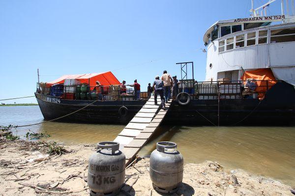 En temporadas de lluvia, el barco Aquidabán es la única opción para llegar a las comunidades indígenas de Bahía Negra. Los negocios del pueblo dependen de este viaje para recibir mercadería nueva.