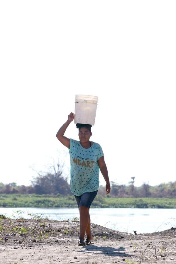 El río es su fuente de vida. Por la mañana las mujeres cargan agua en baldes para el consumo familiar. Y por la tarde bajan hasta la orilla para lavar la ropa, mientras sus hijos se dan un chapuzón.