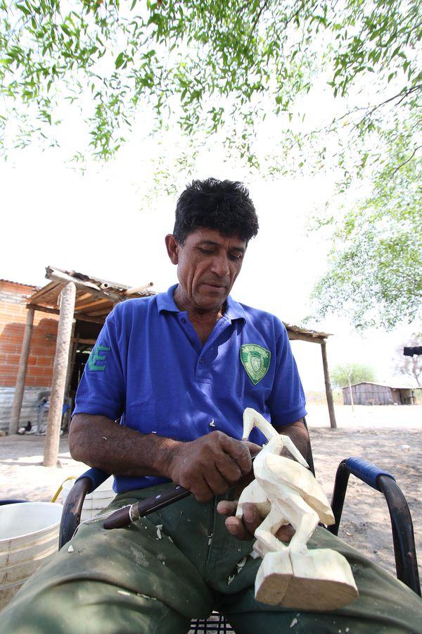 La madera que usa Modesto para sus artesanías es de un árbol llamado sará. La consigue en la costa del Pantanal paraguayo.